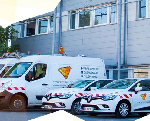 Photographie de la flotte de véhicules TéchcréaSolution garés devant le datacenter de Marly.